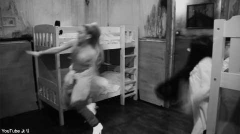 貞子から逃げるアリアナ・グランデ