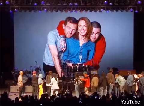 ステージに集まった家族とアーティストら