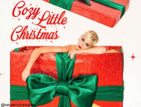 ケイティ・ペリー、クリスマスの新曲「Cozy Little Christmas」を公開! プレゼントボックスに入っているケイティのジャケット写真もキュート