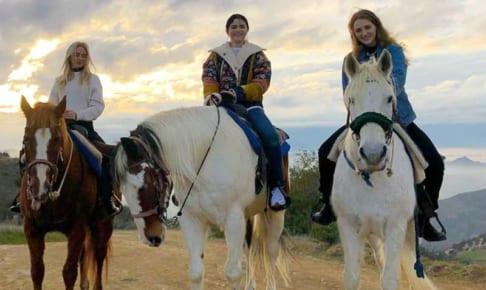 乗馬を楽しむセレーナ・ゴメス(中央)と友人たち