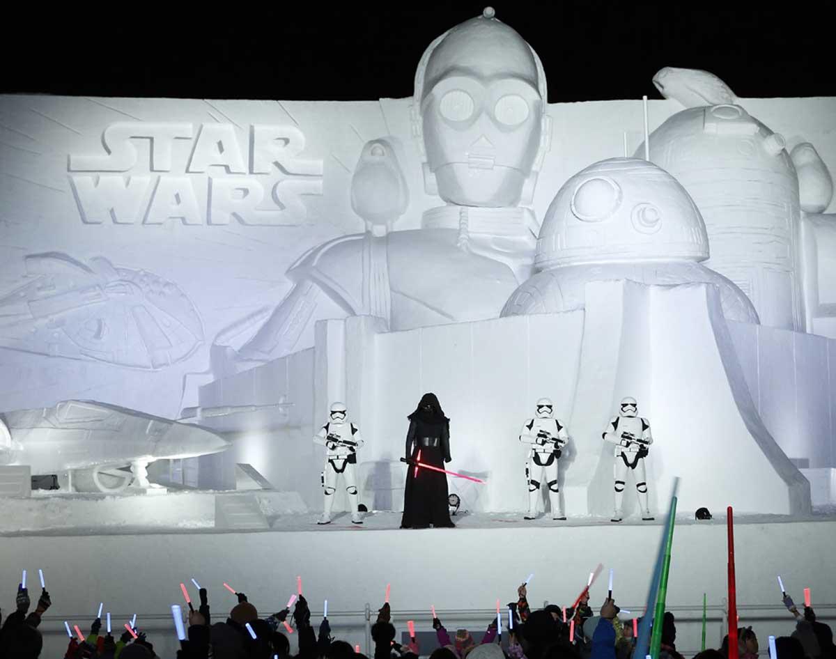 ※最後の雪像登場キャラクター:シリーズ全作品に登場する人気ドロイド C-3PO、R2-D2。「フォースの覚醒」への登場以降人気を一身に集めているドロイドBB-8。「最後のジェダイ」で一躍人気キャラクターの仲間入りをしたポーグ(C-3PO の肩の上)