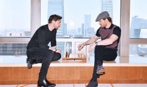 ジェームズ・マカヴォイ(左)とマイケル・ファスベンダー(右)