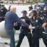 警官2人に突き飛ばされた高齢男性