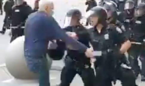 警官に突き倒され、高齢男性が負傷