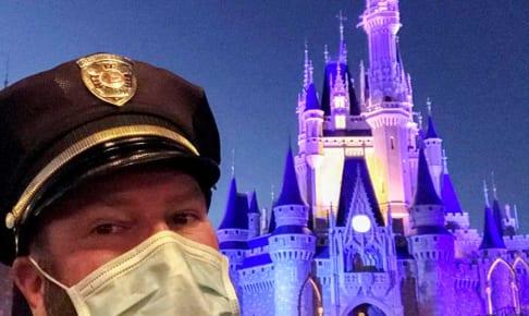 ディズニーワールドにて、マスクをするスタッフ