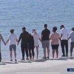 湖に向かって祈るナヤの家族と「glee」キャストたち