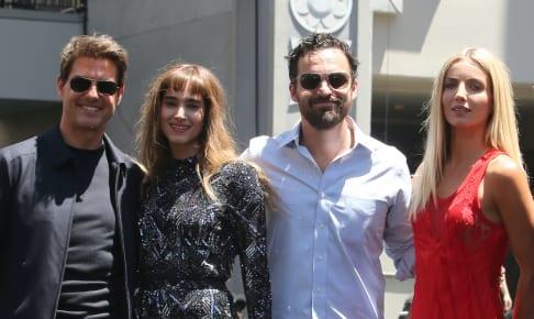 『ザ・マミー/呪われた砂漠の王女』キャスト(左:トム・クルーズ、右から2人目:ジェイク・ジョンソン)