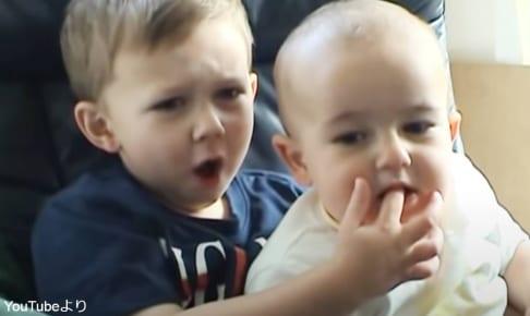「Charlie Bit My Finger(チャーリーに指をかまれた!)」