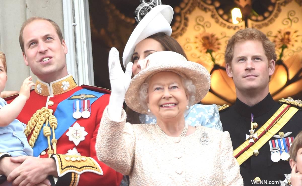 左からウィリアム王子、エリザベス女王、ヘンリー王子