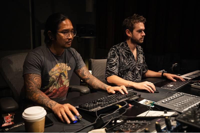 音楽スタジオでカスタム効果音をミックスするゼッド(右)
