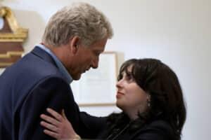 ビル・クリントン(クライヴ・オーフェン・左)には珍しく、22歳のモニカ・ルインスキー(ビーニー・フェルドスタイン)と大統領執務室で2年余りに渡って密会を続けていた。双方同意の不倫だったとは言え、27歳と言う歳の差と大統領と実習生と言う地位の格差を考えると、明らかにパワハラ=職権濫用だが、罵詈雑言を浴びて晒し者になったのはモニカのみだった。(c)Tina Thorpe/FX