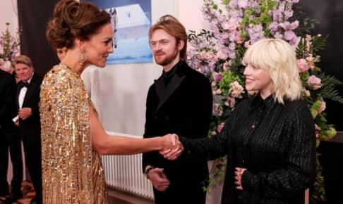 キャサリン妃(左)と握手するビリー・アイリッシュ(右)