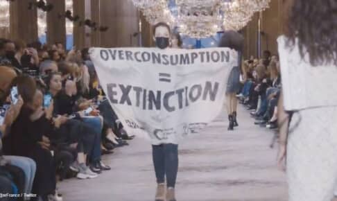 ルイ・ヴィトンのファッションショーに乱入した環境活動家